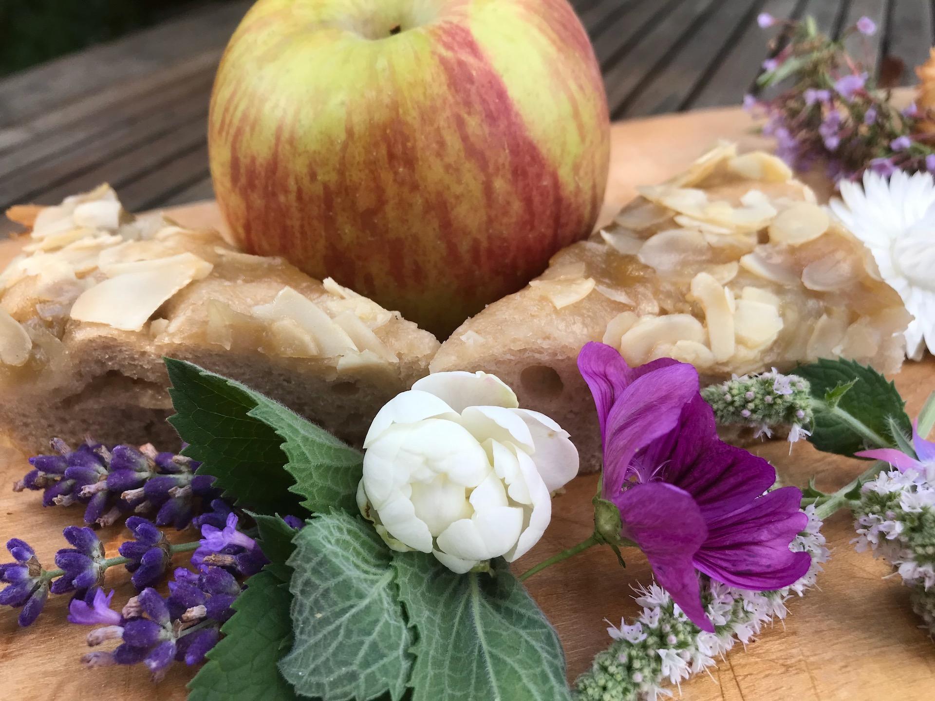 Apfel-Butter-Kuchen oder Focaccia con mele, burro e mandorle